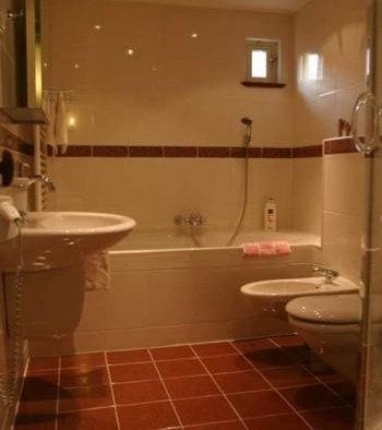 Shared bathroom, with shower and bath  Achter Sint Joris Burchtstraat 8 Heusden